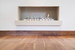 Cheminée et plancher en bois dur Images stock