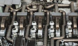 Cheminée et tuyaux d'une usine Images stock