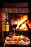 Cheminée et vin rouge Images libres de droits