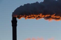 Cheminée fumant/cheminées d'évacuation des fumées Photos libres de droits