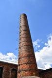 Cheminée grande d'usine de vintage faite de briques rouges avec le ledder en métal Photo stock
