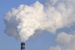 Cheminée industrielle avec de la fumée lourde Photographie stock libre de droits