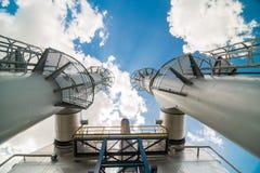 Cheminée industrielle avec le fond de nuages Images libres de droits