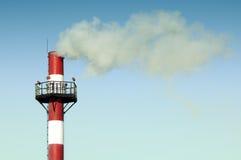 Cheminée industrielle d'échappement émettant la fumée Photo stock