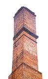 Cheminée industrielle de vieille brique d'isolement sur le blanc Image libre de droits