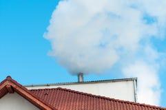 Cheminée industrielle polluant l'environnement Photos libres de droits