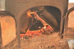 Cheminée, le feu de flambage photos stock