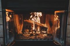 Cheminée ouverte avec les rondins brûlants photographie stock libre de droits