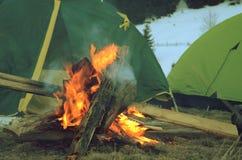 Cheminée pendant le repos près de la tente le soir Photographie stock libre de droits