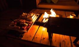 Cheminée pour le BBQ avec un feu de flambage photo photographie stock
