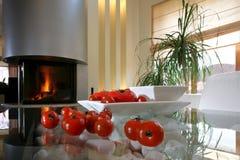 cheminée près des tomates mûres Photos libres de droits