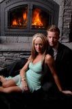 Cheminée romantique de couples hurlant Image libre de droits