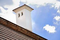 Cheminée sur le toit carrelé images libres de droits
