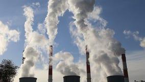 Cheminées d'évacuation des fumées à la centrale brûlante de charbon banque de vidéos