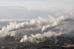 Cheminées d'évacuation des fumées d'usine Photos libres de droits
