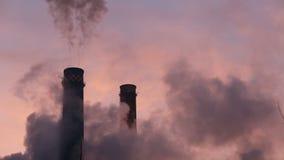Cheminées d'évacuation des fumées d'usine clips vidéos