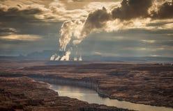 Cheminées d'évacuation des fumées dans la pollution de épanchement de distance photographie stock