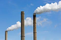 Cheminées d'évacuation des fumées industrielles d'une centrale. Image libre de droits