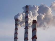 Cheminées de fumée de centrale  Image stock