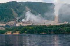 Cheminées de fumage de la centrale Photo stock