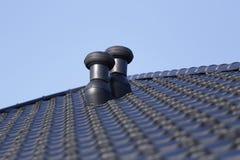 Cheminées de ventilation sur le toit photographie stock