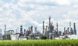 Cheminées répandant la fumée de la raffinerie Image stock