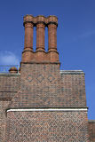 Cheminées sur la construction de palais de Hampton Court Photographie stock