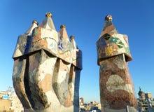 Cheminées uniques de mosaïque contre le ciel bleu vibrant de Barcelone photos stock