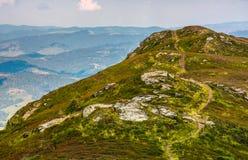 Chemin à travers l'arête de montagne dans la haute altitude Image stock