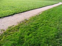 Chemin à travers le vert de village dans le village de Cheshire d'Aldford Photographie stock libre de droits