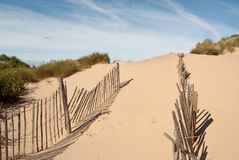Chemin à travers une barrière cassée sur la plage sablonneuse Images libres de droits