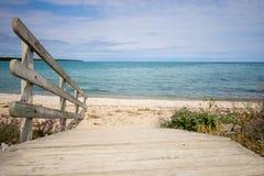 Chemin à une belle plage scénique d'été photo stock