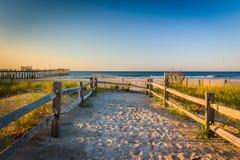 Chemin au-dessus des dunes de sable vers l'Océan Atlantique au lever de soleil dans Ventnor photographie stock libre de droits