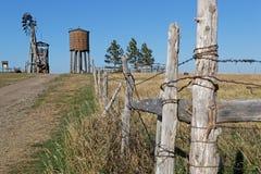 Chemin au moulin à vent dans un paysage occidental photo stock