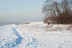 Chemin au phare entre les dunes de sable en hiver images stock