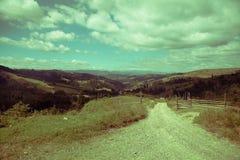 Chemin aux montagnes Photos stock