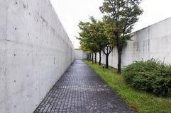 Chemin avec des arbres de cerise-fleur à l'architecture Image libre de droits