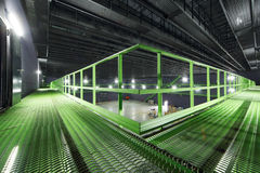 Chemin avec la balustrade dans le hangar vide léger image stock