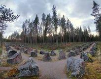 Chemin avec les barrières antichars près de Saerna en Suède Ce fait partie de Skans 211, une fortification historique de WWII photographie stock