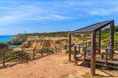 Chemin bleu de mer et de falaise Photo libre de droits