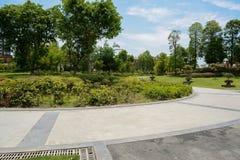 Chemin circulaire autour de jardin de rue dans l'après-midi ensoleillé d'été photographie stock