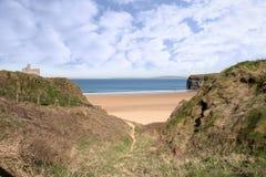 Chemin clôturé au château et à la plage de Ballybunion Photographie stock