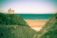 Chemin clôturé par vert à la plage de Ballybunion Photographie stock