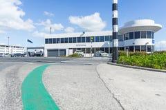 Chemin d'aéroport d'Auckland entre le termin international et domestique Image libre de droits