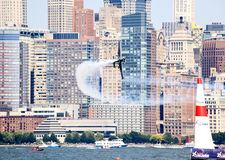Chemin d'air de Red Bull au port de New York Images stock