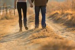 Chemin d'automne de couples Photographie stock
