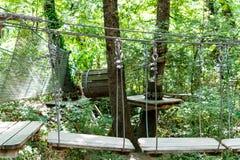 Chemin d'obstacle dans la forêt de terrain de jeu d'aventure Photographie stock