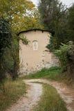 Chemin dans la forêt et la vieille maison Photographie stock libre de droits