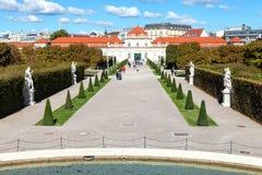 Chemin dans le jardin pour abaisser le palais de belvédère, Vienne Photo stock