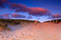 Chemin dans les dunes de sable au coucher du soleil Images stock